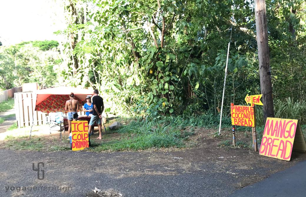 マウイ島の道ばたで営業しているお店の看板