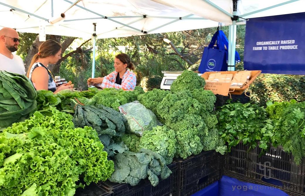 マーケットで青々と美しい葉もの野菜