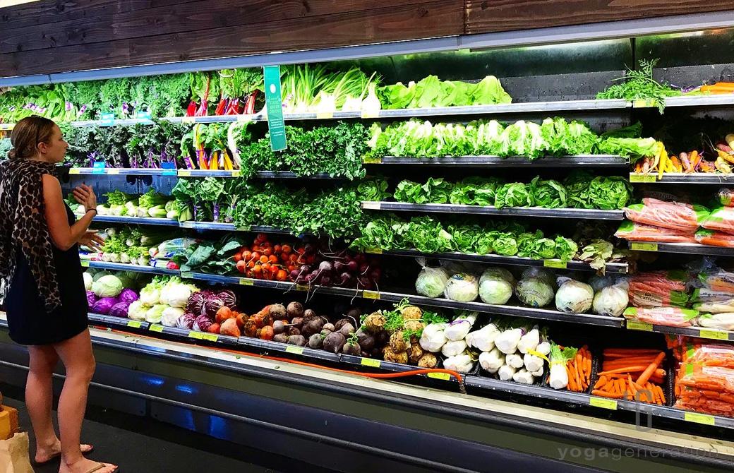 スーパーの棚に美しく陳列されているカラフルな野菜
