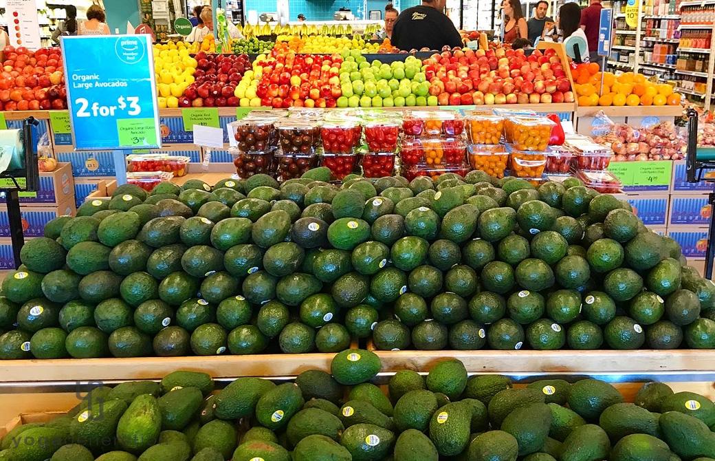 スーパーで大量に積み上げられたアボカド