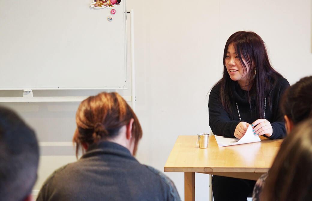 初開催となった「ヨガ哲学講座」で、生徒さんと笑顔で話す永井先生