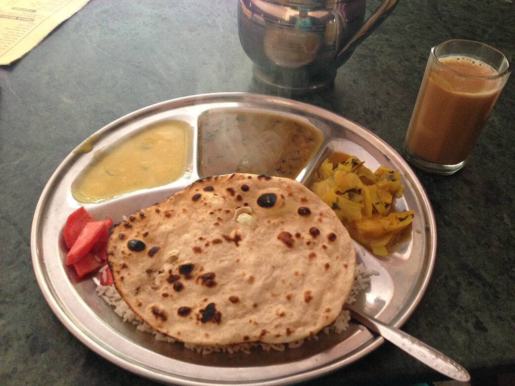 本場のインドのアシュラムで提供される食事