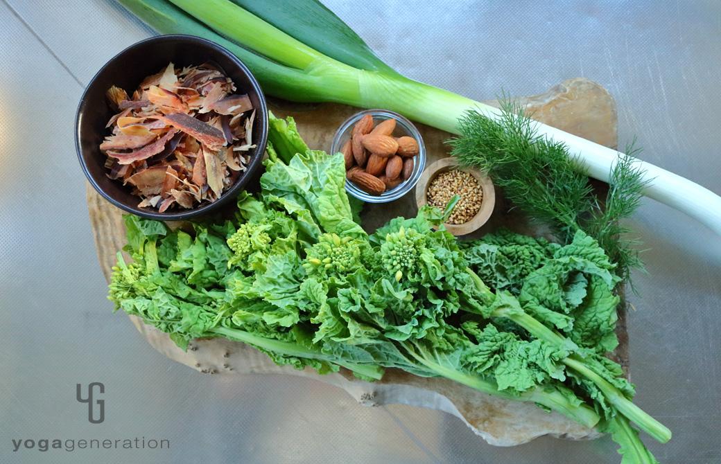 木製カットボードの上の菜の花など材料