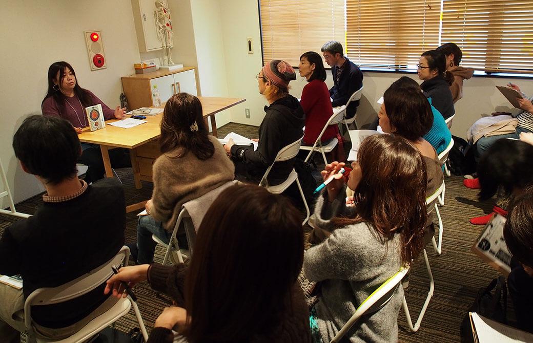 ヨガの経典を4時間で腑に落とすため、永井先生の講義を熱心に聞く参加者の皆さん