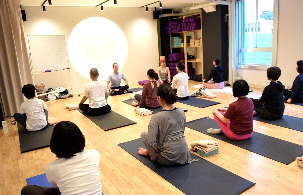 ヨガアカデミー大阪でのタイラー先生のヨガクラスの様子