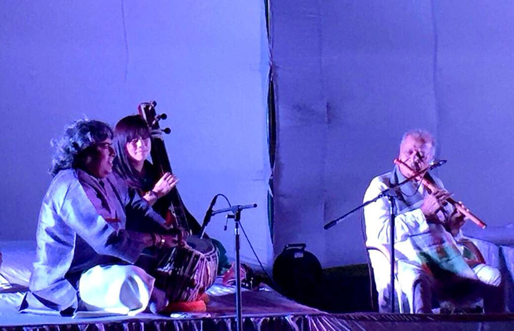 バンスリーのグルジの伴奏をする永井由香さん
