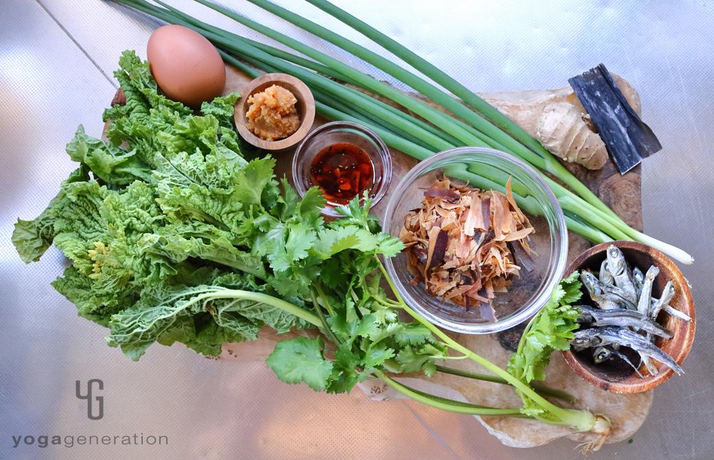 木製カットボードの上の菜の花などの材料