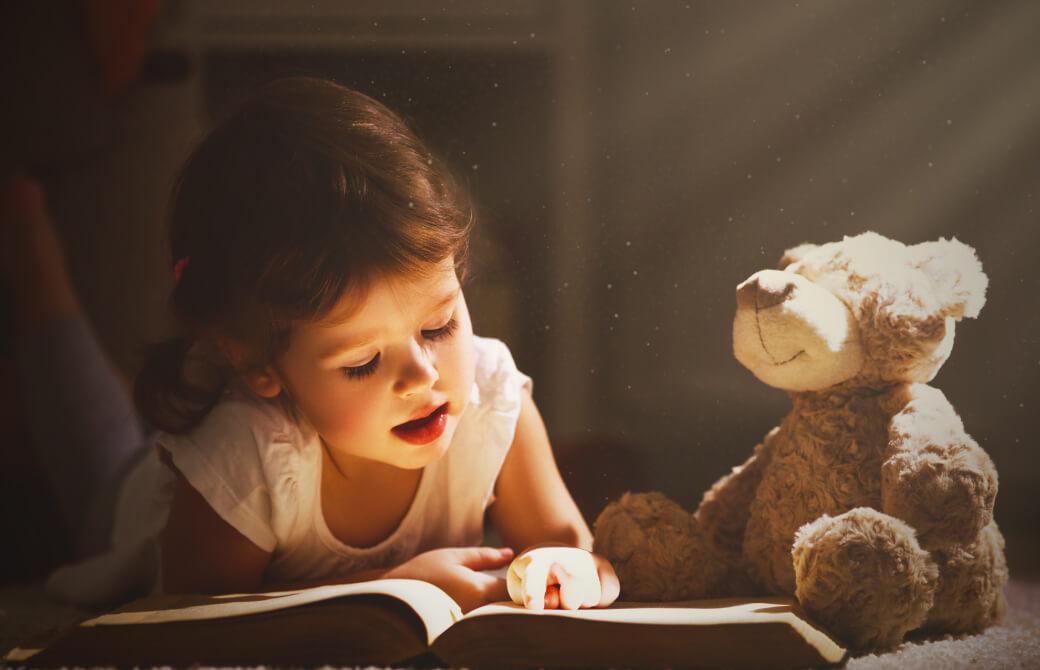 女の子が本を読んでいるところ