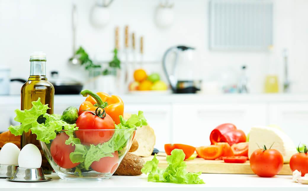 健康に良い食べ物が台所のテーブルの上にある