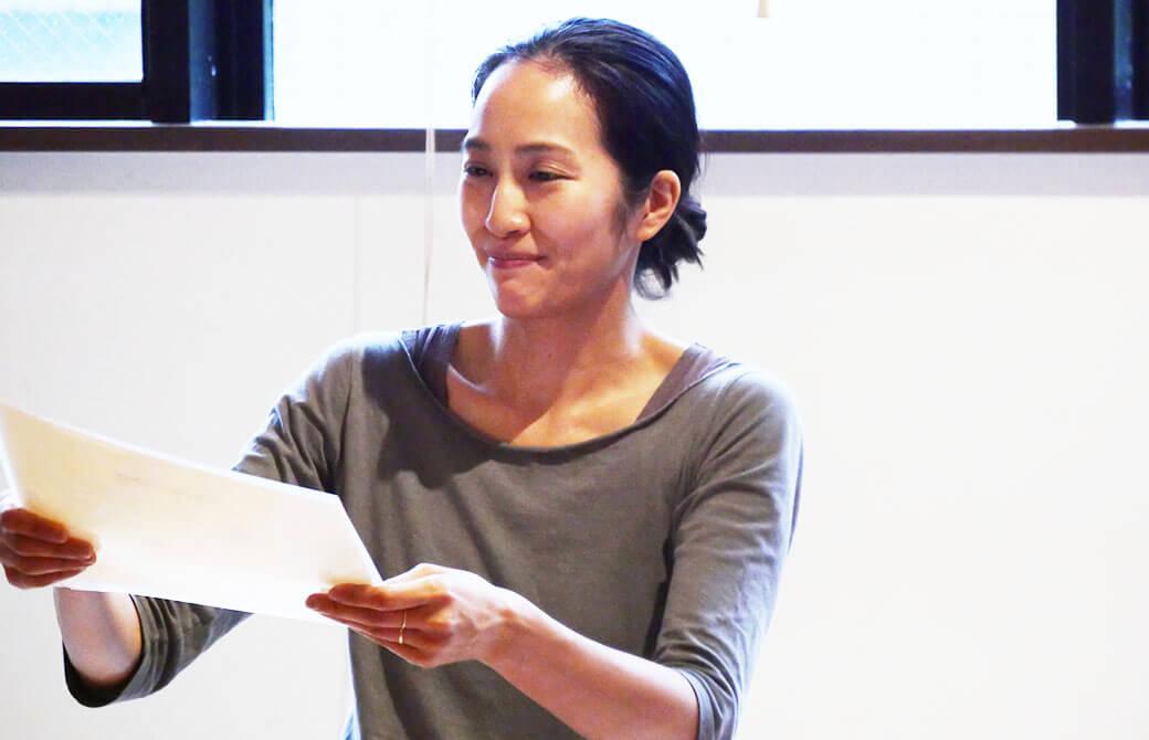 指導者養成講座の最終日に修了証を手渡すサントーシマ香先生