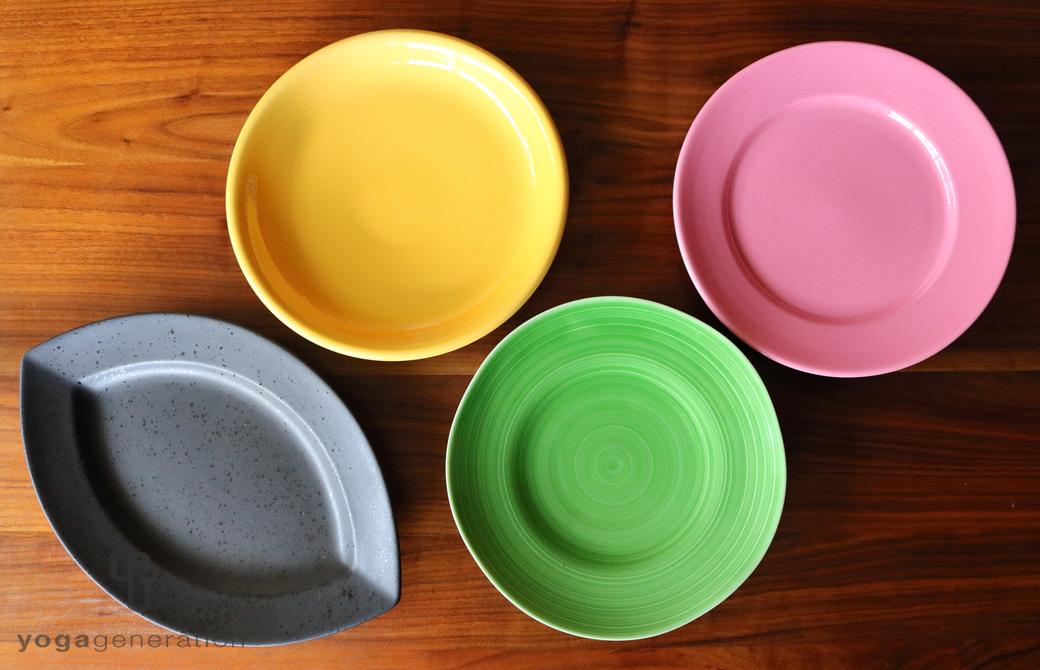 黒・緑・黄・ピンクの4種類の皿
