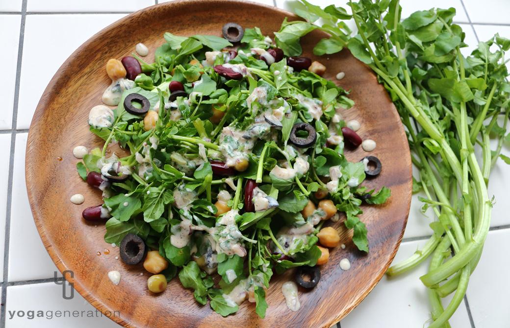 丸い木の皿に盛りつけたメキシカン・サラダ