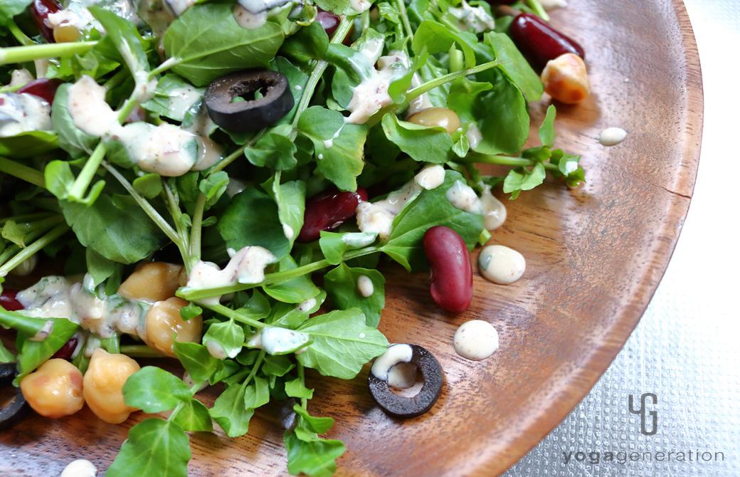 丸い木の皿に盛りつけたメキシカン・サラダのドレッシング