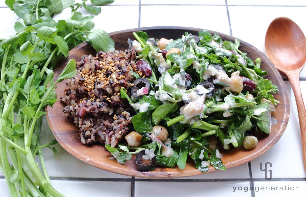 オーバル型の皿に盛りつけたメキシカン・サラダ