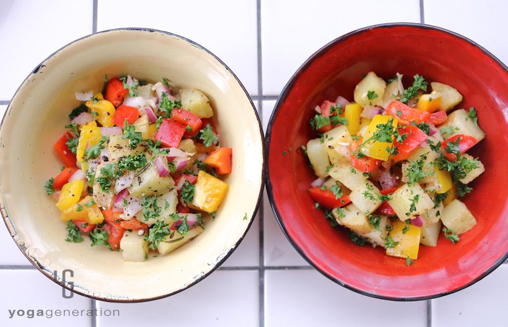 黄色と赤の器に盛りつけたビタミンカラーの揚げじゃがサラダ