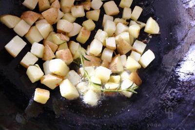 ジャガイモを素揚げする