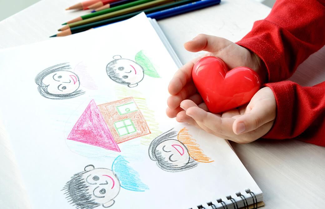 子どもが描いた絵とハート