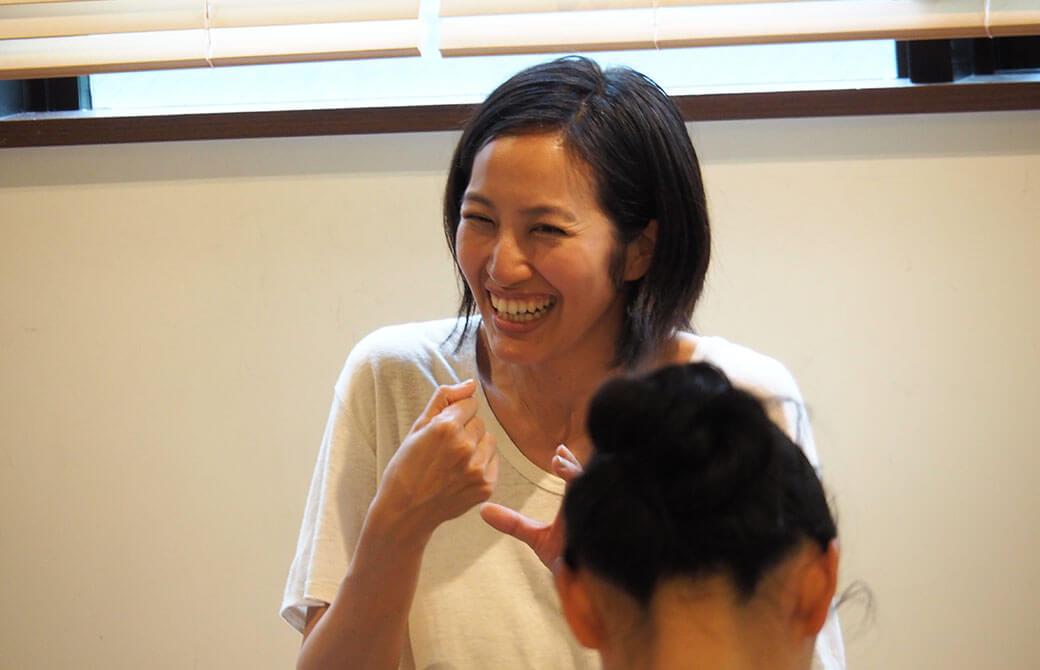 クラス中に笑顔が溢れるサントーシマ香先生