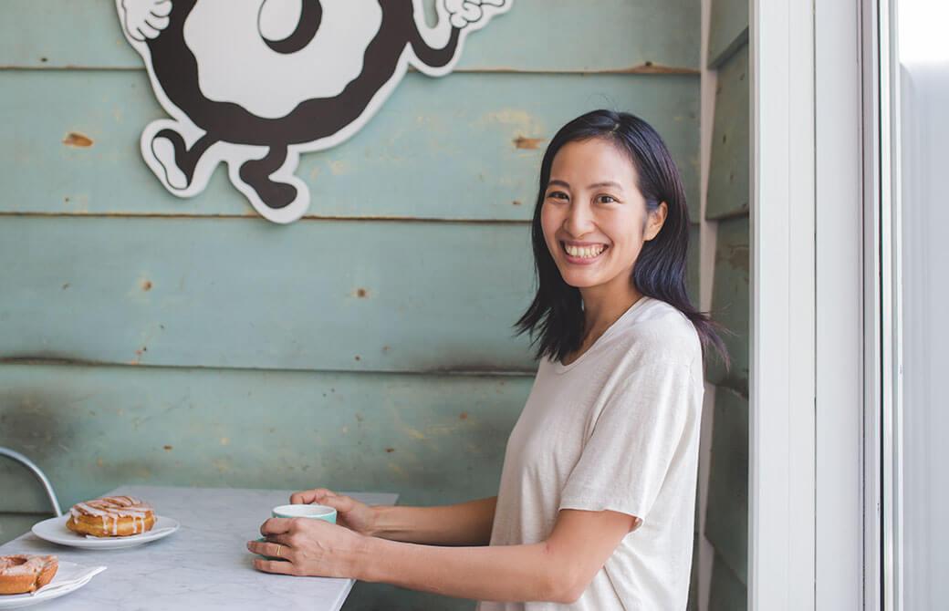 笑顔でインタビューに応じるサントーシマ香先生