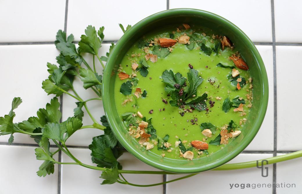 緑色の器に盛りつけたジャガイモとほうれん草のクリーミーなお味噌汁