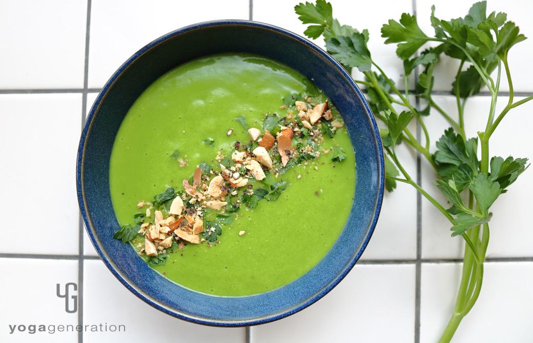 インディゴ色の器に盛りつけたジャガイモとほうれん草のクリーミーなお味噌汁