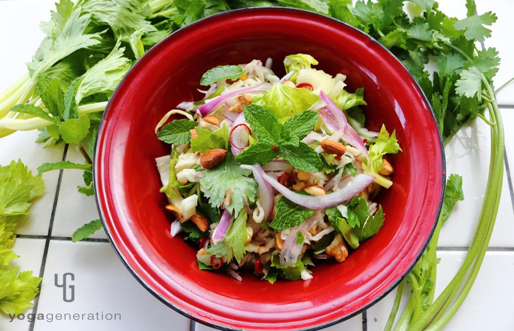 赤い皿に盛りつけた切り干し大根と香味野菜のアジアン・サラダ