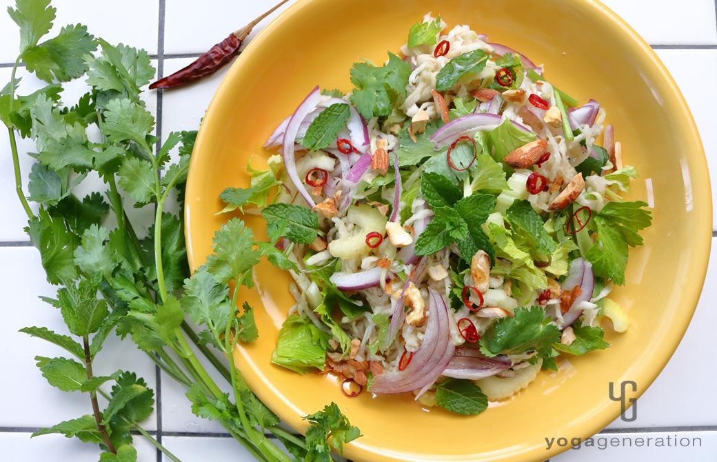 黄色い皿に盛りつけた切り干し大根と香味野菜のアジアン・サラダ