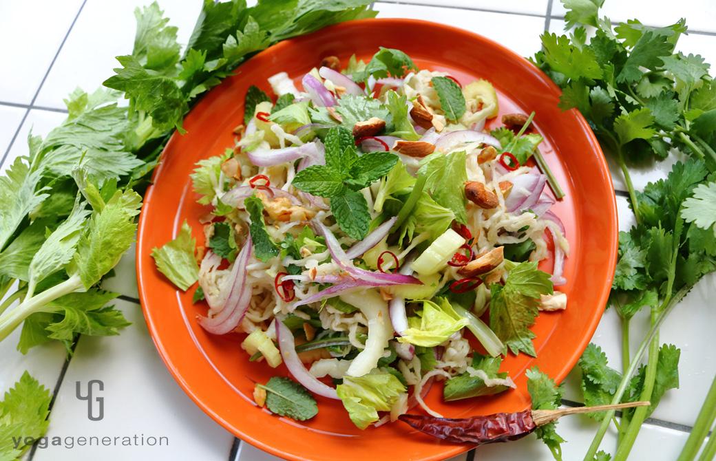 オレンジの皿に盛りつけた切り干し大根と香味野菜のアジアン・サラダ