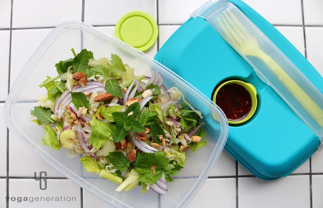 ランチボックスに盛りつけた切り干し大根と香味野菜のアジアン・サラダ