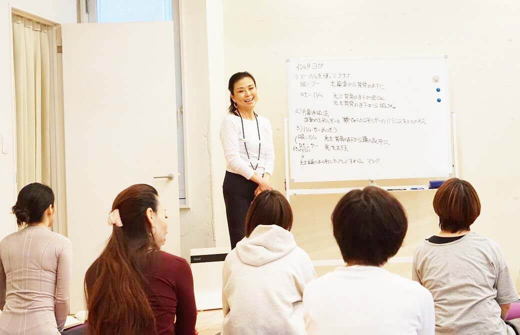 生徒さんに笑顔で語りかける久美子先生