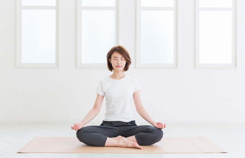 部屋で瞑想をする女性