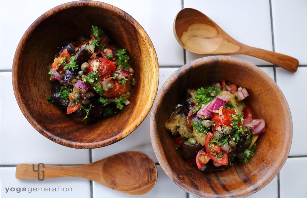 木の皿に盛りつけたケイパーを効かせたナスとトマトのマリネ