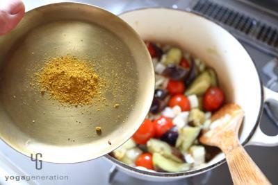 野菜の鍋にカレーパウダーを加える
