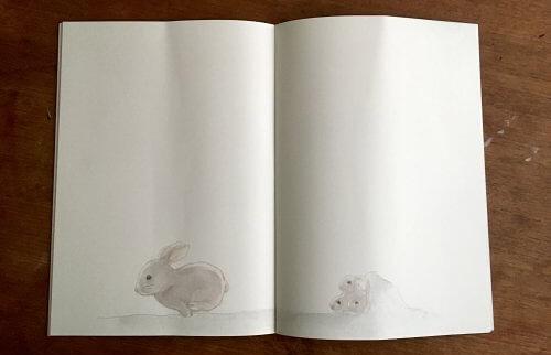 親ウサギと子ウサギが載っている絵本の見開き