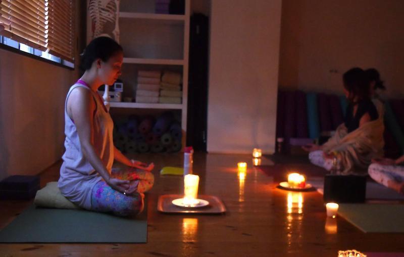 五感を癒す5つのアーユルヴェーダ瞑想を取り入れた真理先生のクラスの様子