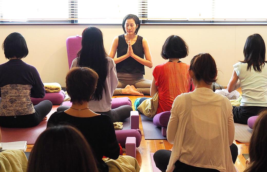 クラスで瞑想をするサントーシマ香先生