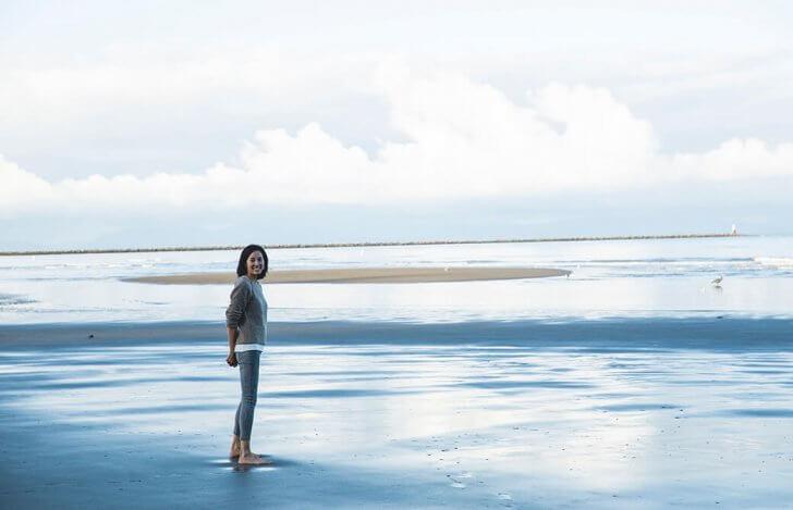 海にたたずむサントーシマ香先生