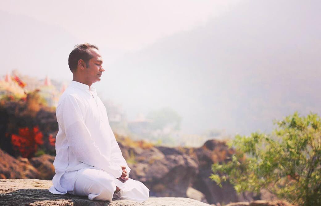 大自然の中で瞑想をするスニール先生