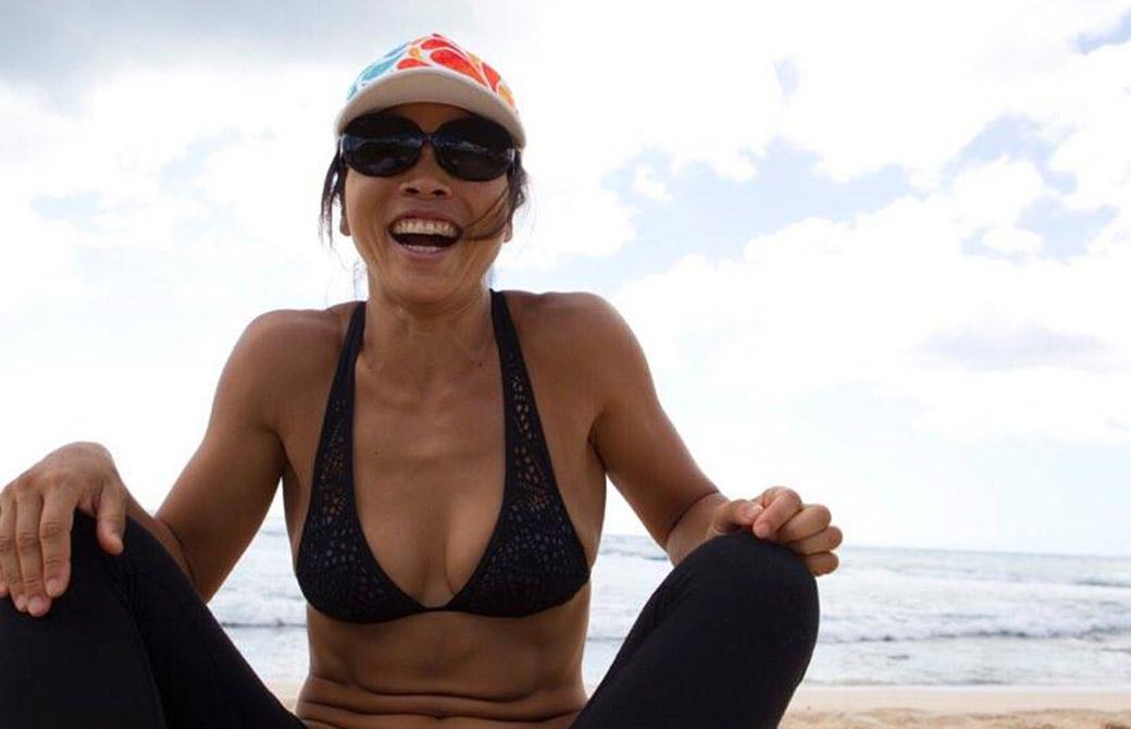 海をバックに笑顔のヨーコ・フジワラ