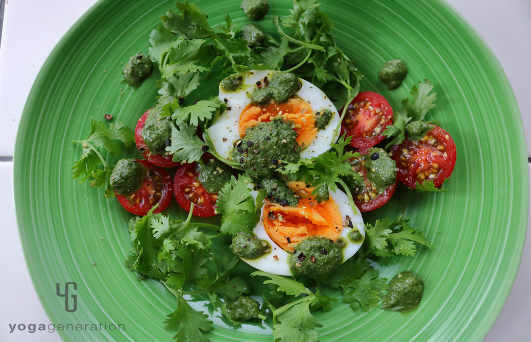 グリーンの皿に盛りつけたアジアン・グリーンディップでタマゴとフレッシュハーブのサラダ
