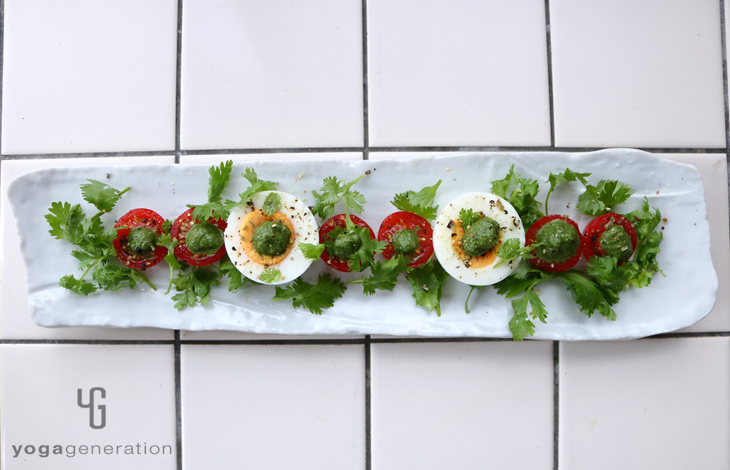白い皿に盛りつけたアジアン・グリーンディップでタマゴとフレッシュハーブのサラダ