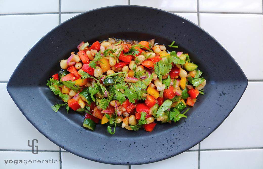 黒の器に盛りつけた大豆とパプリカのメキシカンサラダ