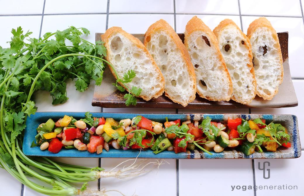 ターコイズの細い器に盛りつけた大豆とパプリカのメキシカンサラダ