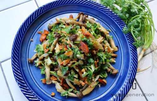 藍色のお皿に盛り付けたシメジとアーモンドのナンプラー・サラダ