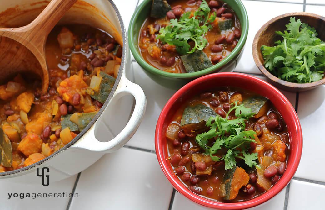 陶器の器に盛り付けたカボチャと小豆のメキシカンな『いとこ煮』