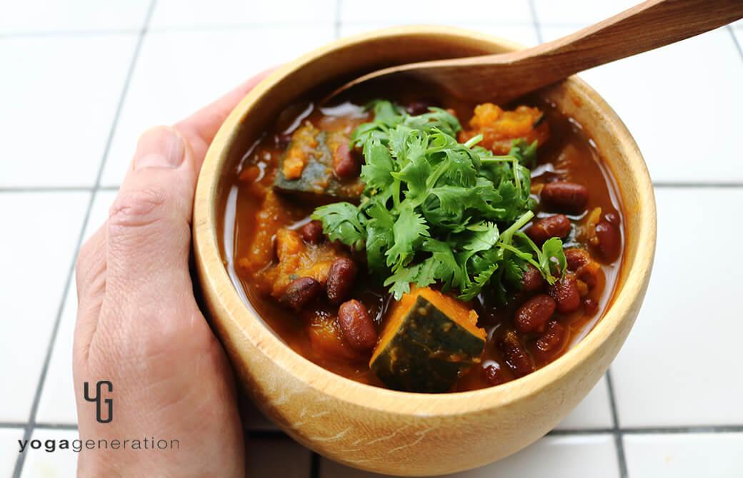 木の器に盛り付けたカボチャと小豆のメキシカンな『いとこ煮』