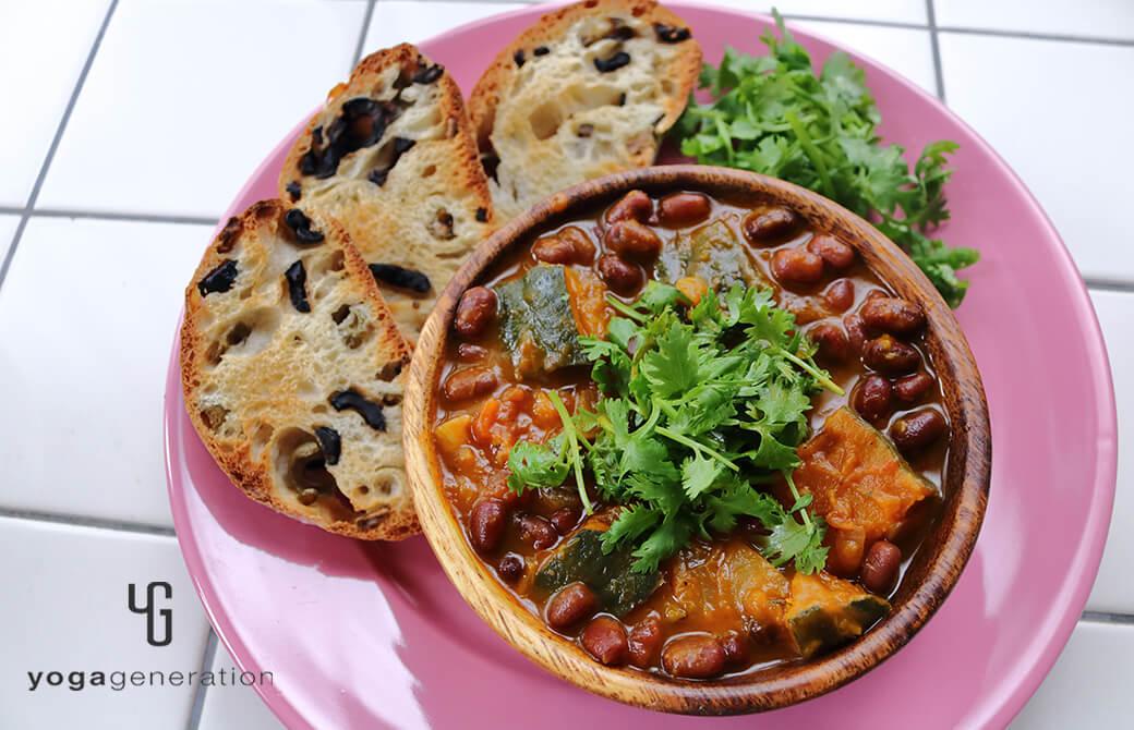 カボチャと小豆のメキシカンな『いとこ煮』にトーストを添えて