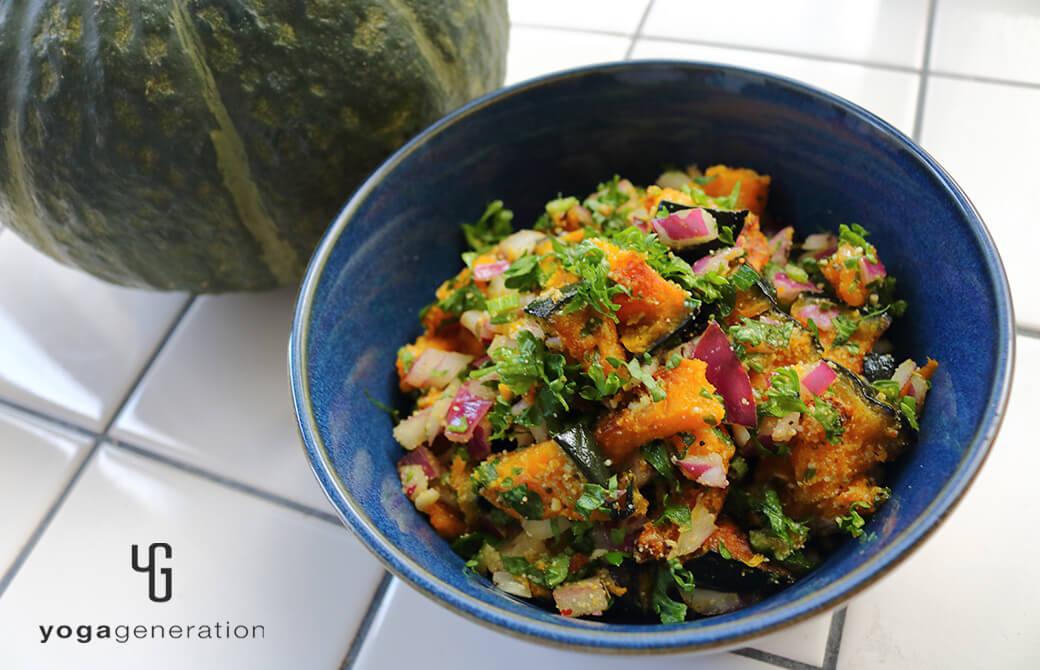 インディゴの器に盛り付けたカボチャのグリル・サラダ