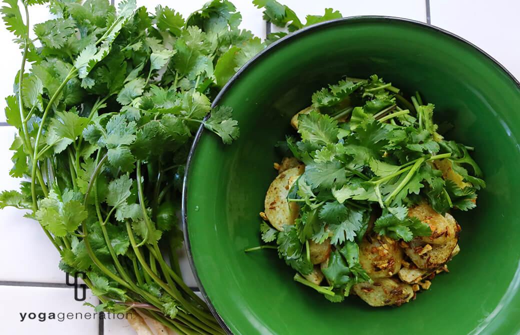 緑の器に盛り付けたフレッシュなパクチーと楽しむ、里芋のスパイシー・グリル