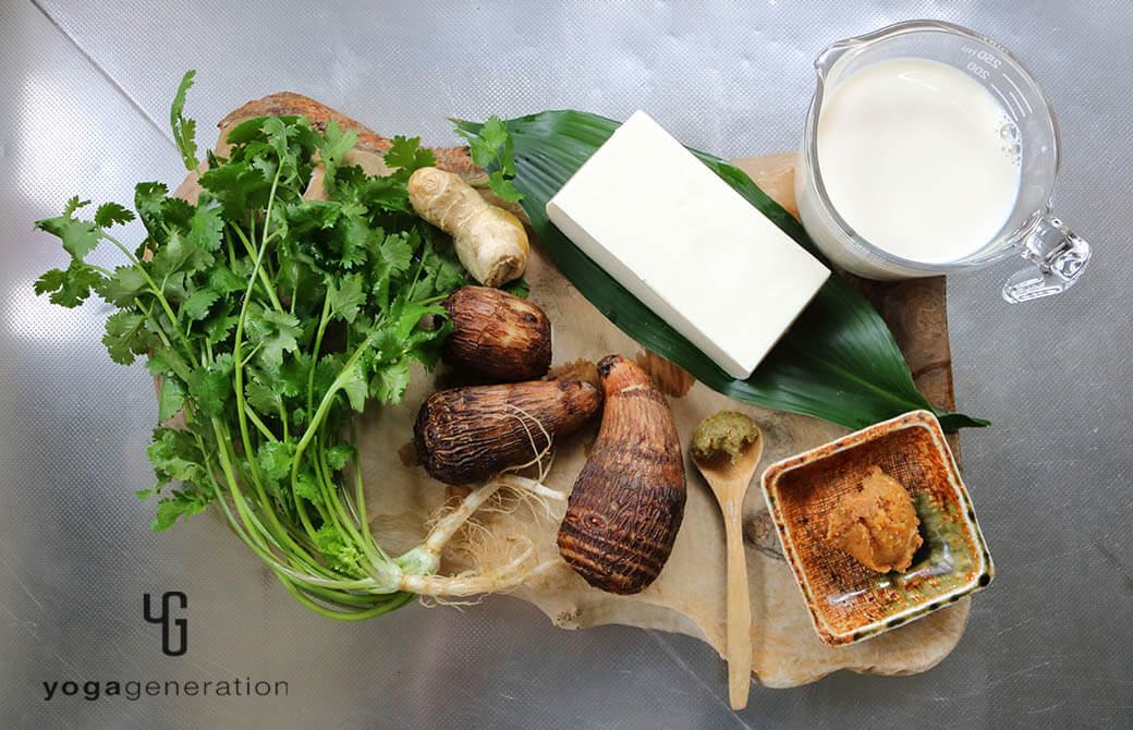 材料の里芋や豆腐、パクチーなど